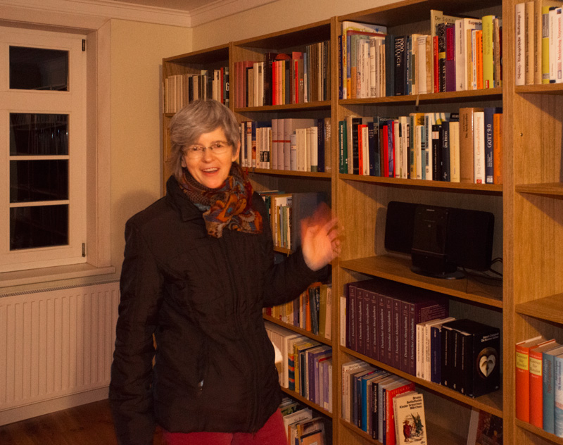 Bettina lädt in die Bibliothek ein